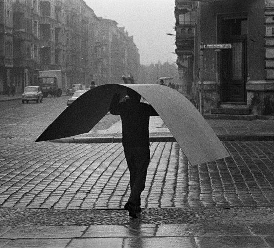 © bpk/Bernd Heyden, Mann mit Metallplatte, Marienburger Straße, 1972