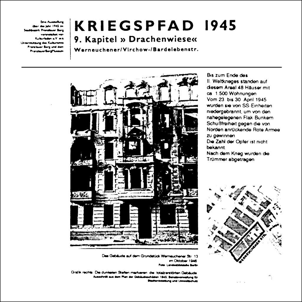 Bauschild anläßlich der Ausstellung Kriegspfad Berlin - Ein Rundgang durch die Trümmer der Erinnerung, 1994, auf dem die Zerstörung des Areals zwischen Kniprodestraße, Virchowstraße und Werneuchener Straße (heute Margarete-Sommer-Straße) durch die SS im April 1945 erzählt wird.